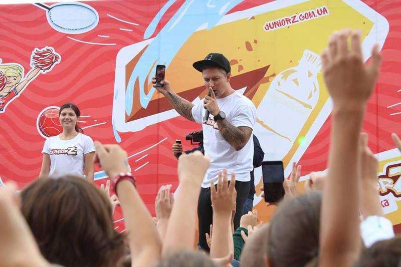 На центральному стадіоні Хмельницького пройшов спортивний фестиваль школярів, участь в якому взяли сотні учнів міста