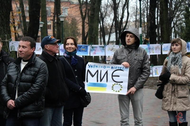 Листопад 2013-го... мирне зібрання в Хмельницькому. А потім, до прикладу, Ігор Чернецький (ліворуч у чорній куртці) вирушить у Київ, де в лютому 2014-го отримає важкі поранення