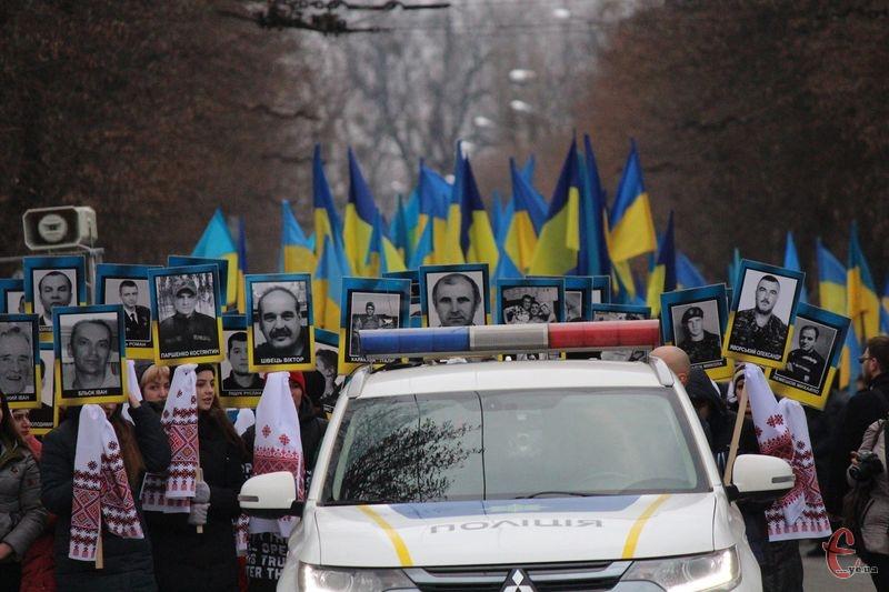 Скорботною ходою містяни пройшлися вулицями Хмельницького до пам'ятника Героям Небесної Сотні