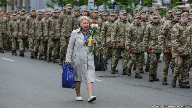 На честь Дня пам'яті та примирення, 8 травня, в Києві відбувся марш матерів, дружин та учасників нинішньої неоголошеної Росією війни з Україною, яка триває на Донбасі