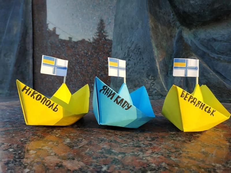 Полонених моряків підтримують по всій Україні, влаштовуючи патріотичні акції