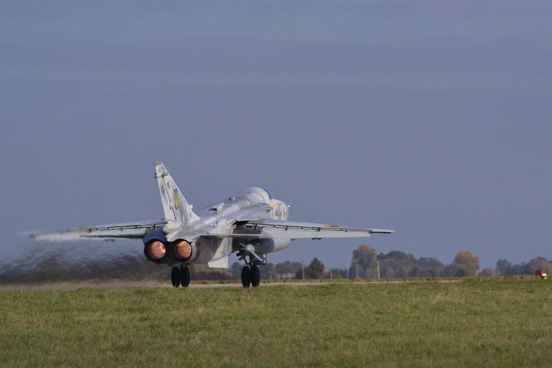 Завтра у Старокостянтинові на військовому аеродромі очікують на візит Петра Порошенка, який планує відвідати навчання військово-повітряних сил