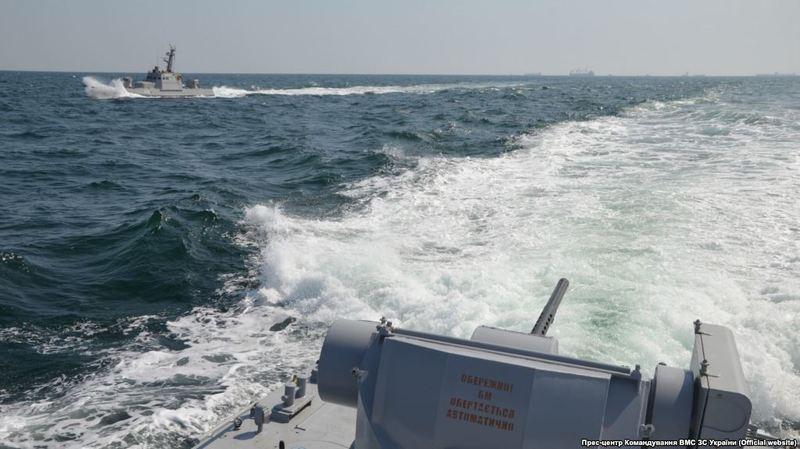 Учора російський флот захопив три українських судна в Керченській протоці, внаслідок цього постраждали шестеро моряків