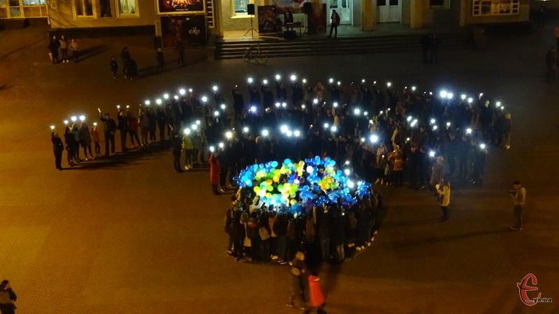 Відповідно до ідеї флешмобу, організатори відтворили логотип акції - знак «wi-fі» за допомогою ліхтариків та телефонів