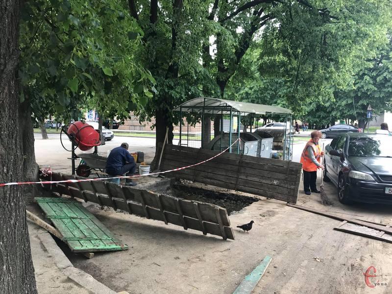 Перший контейнер встановлюють навпроти Хмельницької обласної філармонії