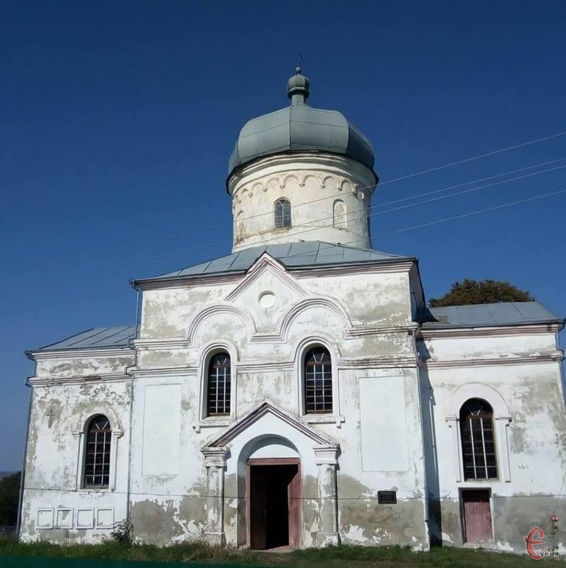 На цьому місці стояв дерев'яний храм, у якому, за легендою, молився Богдан Хмельницький