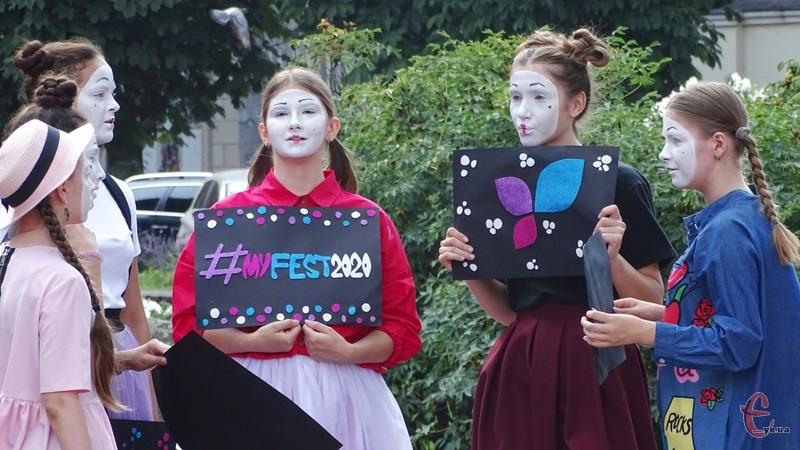 6 серпня в центрі міста міми влаштували фестивальну промоакцію до \