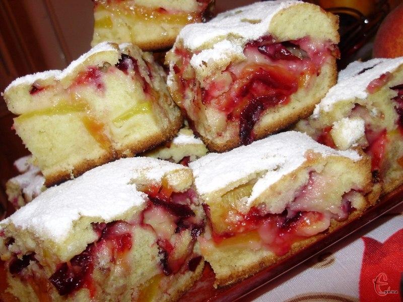 Готовий пиріг ще гарячим посипати цукровою пудрою.
