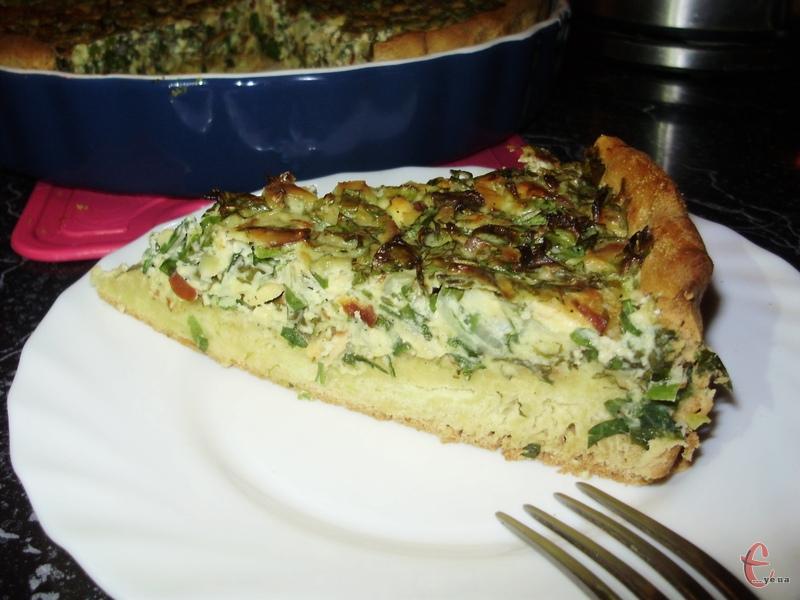 У начинці ідеально поєднуються ароматна смажена цибуля, соковита свіжа зелень і пікантний ковбасний сир.