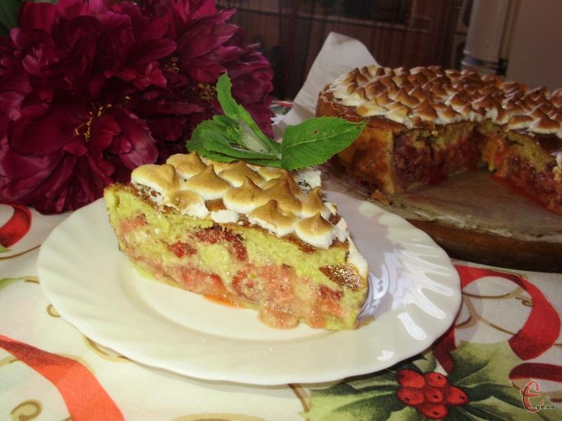 Пиріг дуже соковитий, оскільки найбільше у ньому саме ягід.