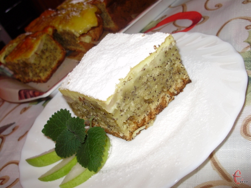 Цей пиріг довго виношувала в голові: хотілося ніжного тіста, ароматних осінніх плодів та рум'яної скоринки... А макову випічку та сметанну заливку взагалі обожнюю!