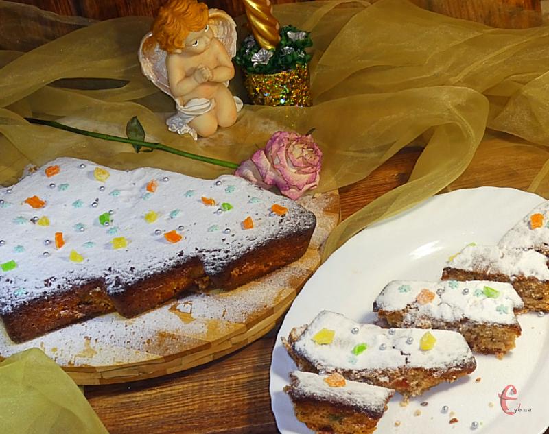 Простий і смачний новорічно-різдвяний кекс, який готується на основі яблучного соку, завдяки чому його текстура дуже пориста й пухка, практично невагома.