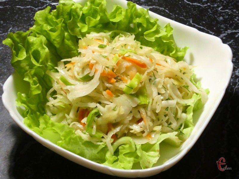 «Квашена капуста + селера» - це смачний, легкий, корисний та простий салат, який урізноманітнить пісне меню.
