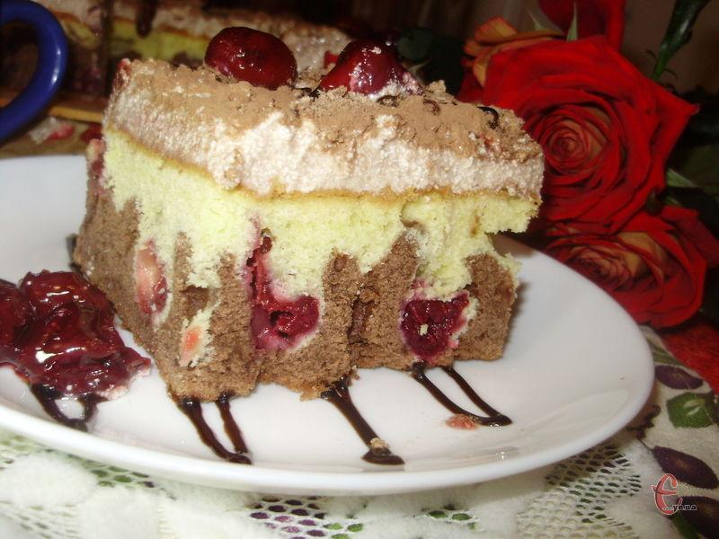 Ніжне бісквітне тісто вдало доповнює пудинговий крем, а вишня надає неповнторної кислинки. Дуже смачний торт — легкий, не солодкий, практично невагомий!