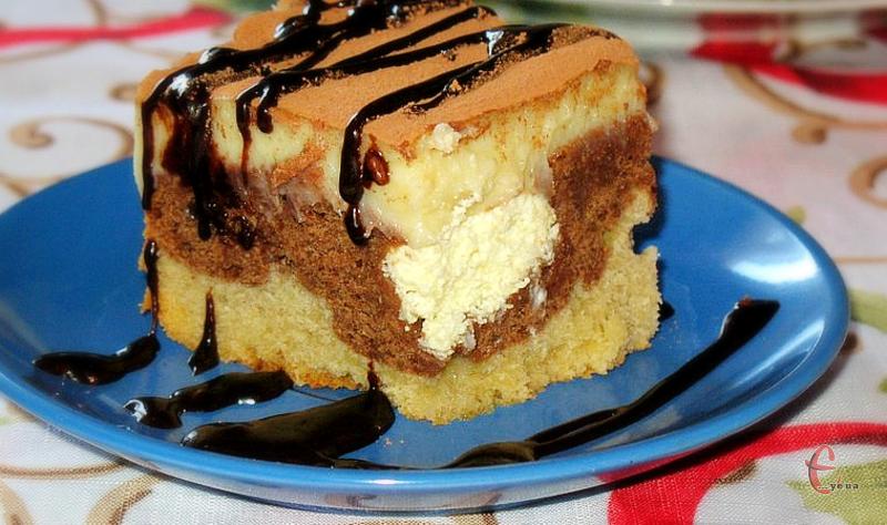 У цьому приголомшливому тортику чудово поєднується шоколад із ніжною сирковою масою та заварним кремом.