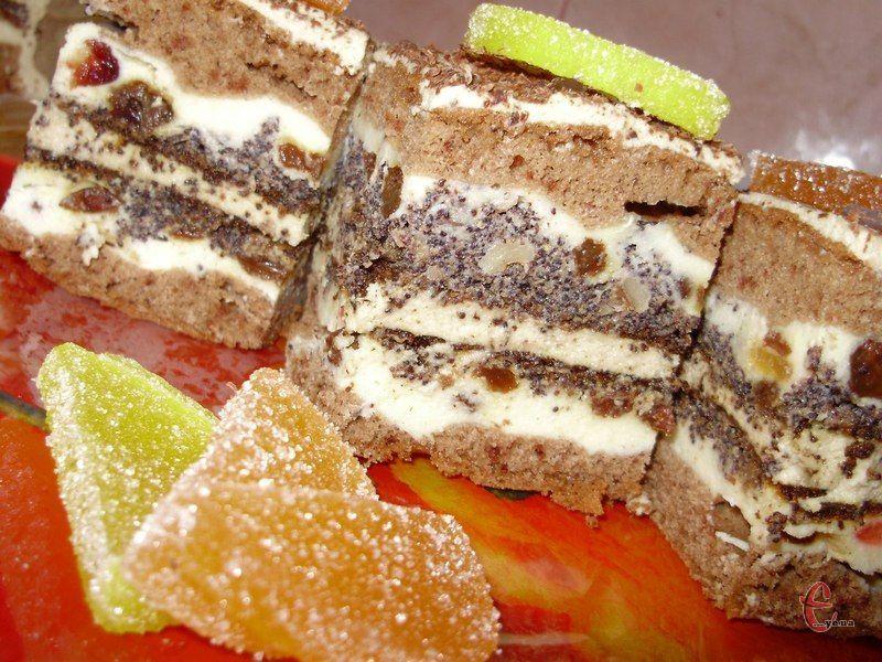 Шоколадний бісквіт, сирно-цукатна й макова начинки, а ще смачнючий масляно-заварний крем із кавовим ароматом.