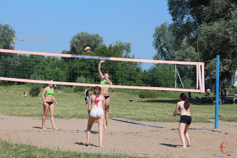 Пляжний волейбол має інші правила, ніж класичний. По-перши, грають на піску, по-друге - в команді лише двоє гравців
