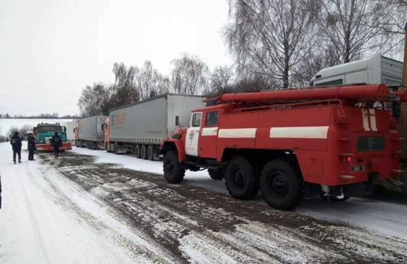 Вантажівки стали у заторі