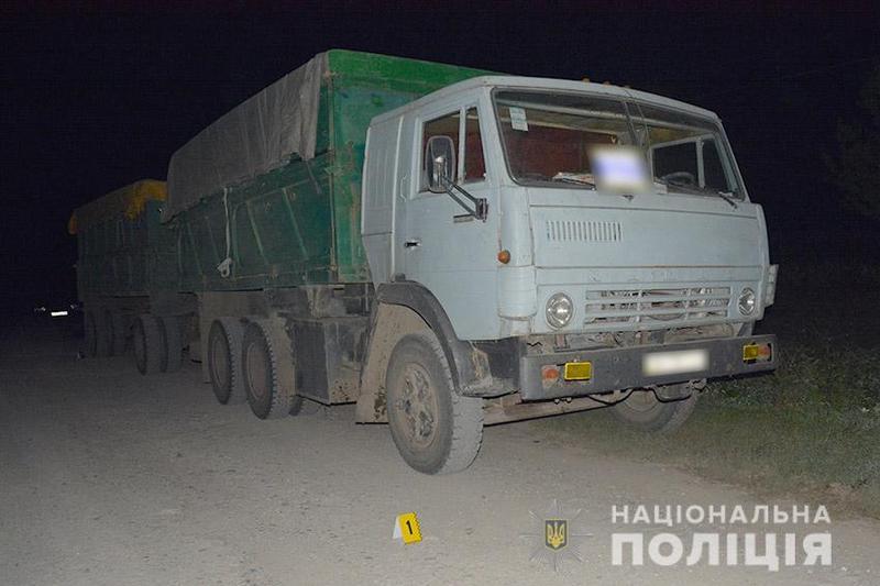 На Хмельниччині під колесами «КАМАЗу» загинув пішохід