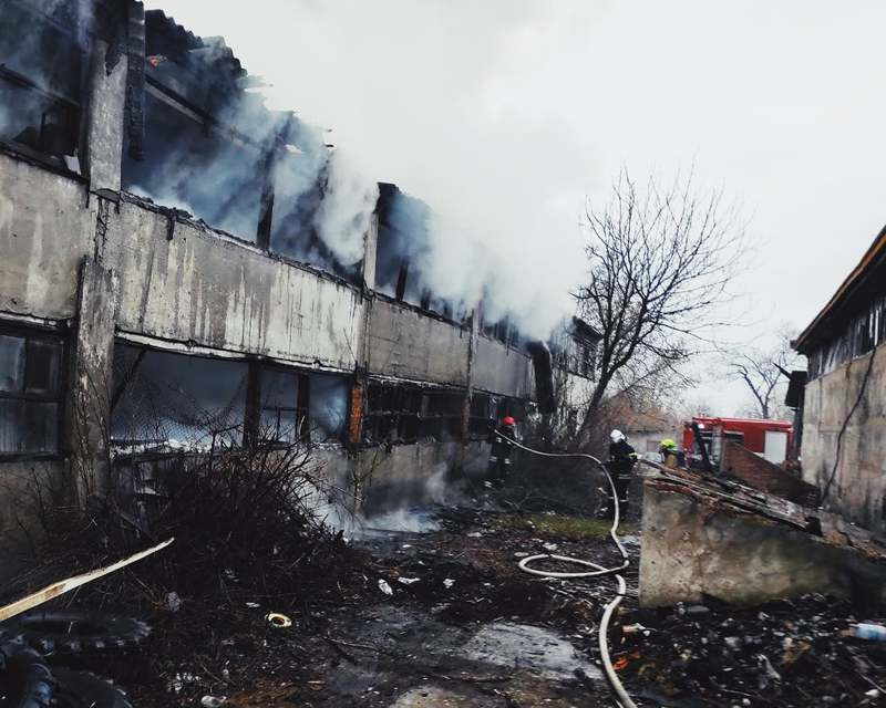 Вогонь встиг пошкодити покрівлю приміщення та дерев'яні вироби