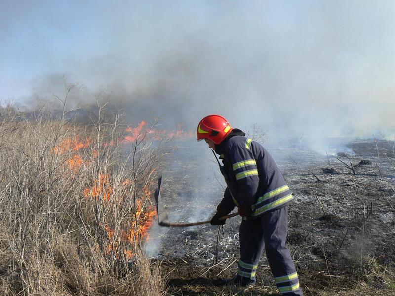 Рятувальник ліквідували загорання сухої трави