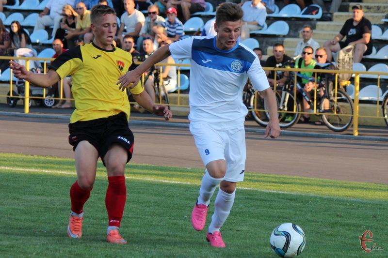 Владислав Чуловський (у білому) забив перший гол Поділля у новому чемпіонаті України U-19