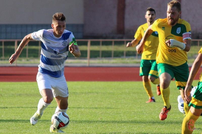 Олександр Музичук (ліворуч) на правах оренди до нового року гратиме за ФК Колос, який перебуває на 4 місці в 1 лізі