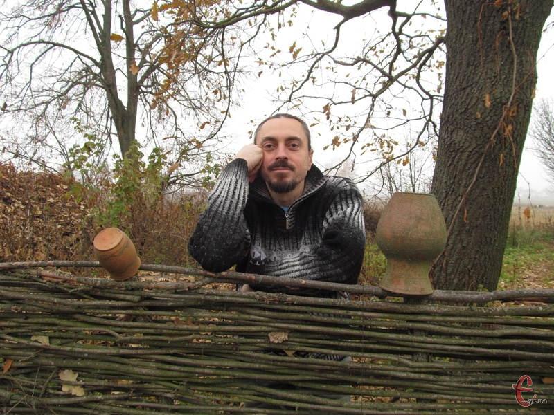 Подвір'я оселі гончара прикрашає традиційний тин з глечиками і дідівський дуб