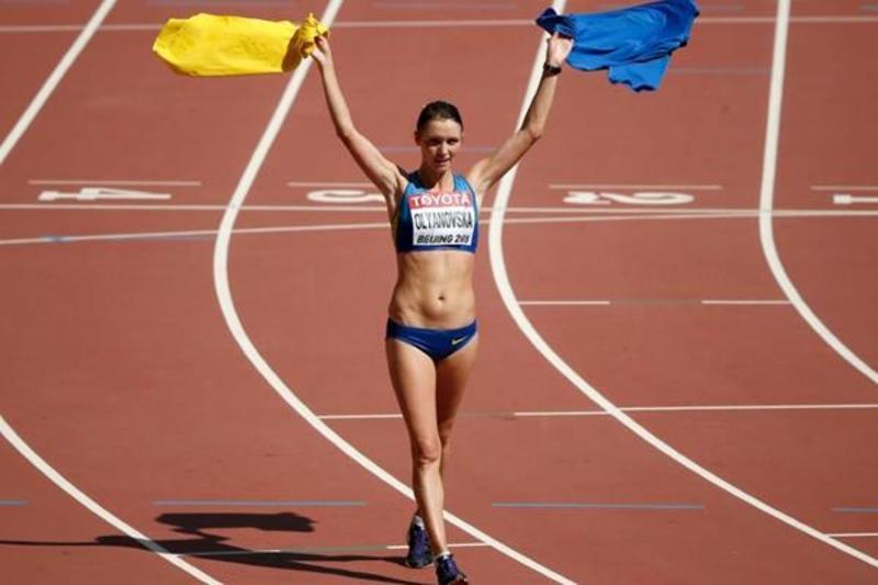 Людмила Оляновська, після бронзового фінішу, взяла до рук футолки національних кольорів, які потім все таки замінила на прапор
