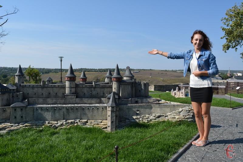 Екскурсовод Оксана Пасько показує гордість музею - мініатюру Кам'янець-Подільської фортеці