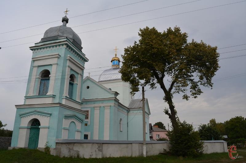 Церква у Требухівцях височіє над дорогою