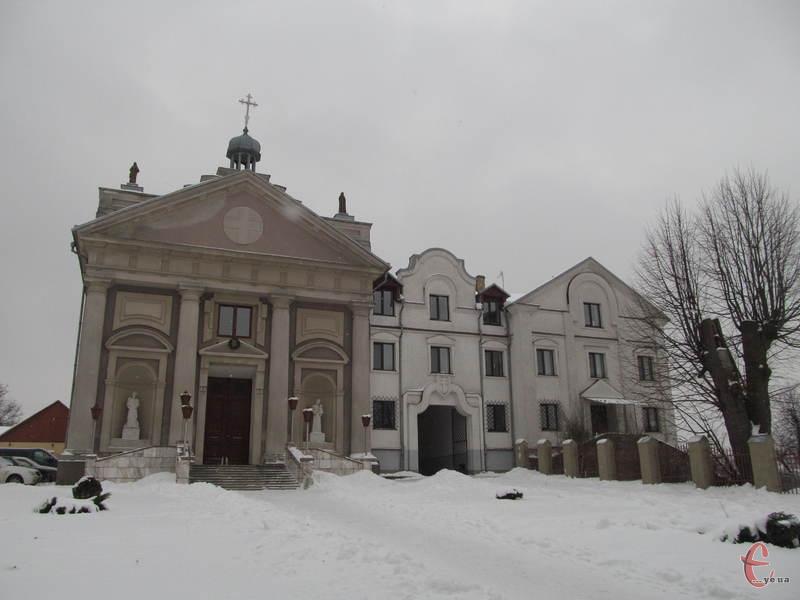 Красилівський костел розташований у центрі міста