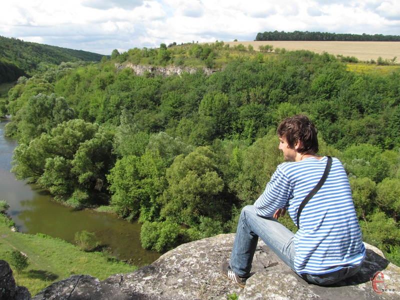 Якщо видертися на скелю, можна насолоджуватися видом на річку і каньйон