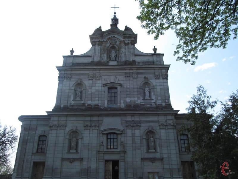 Костел святого Войцеха, фасад будівлі