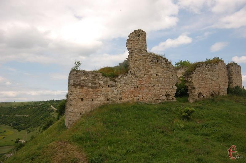 Замок у Чорнокозинцях височіє над урвищем