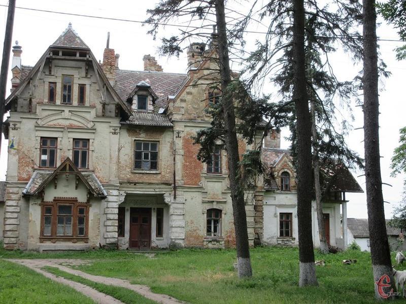 Казкові будинки, що нагадують замки в мініатюрі чи декорації для старовинного фільму, зведені в єдиному ансамблі