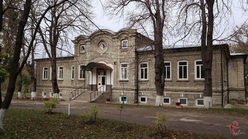Будівля колишнього панського маєтку має два крила, а посередині – залу, висотою в два поверхи. Тут досі збережені двері та оригінальна підлога ХІХ століття