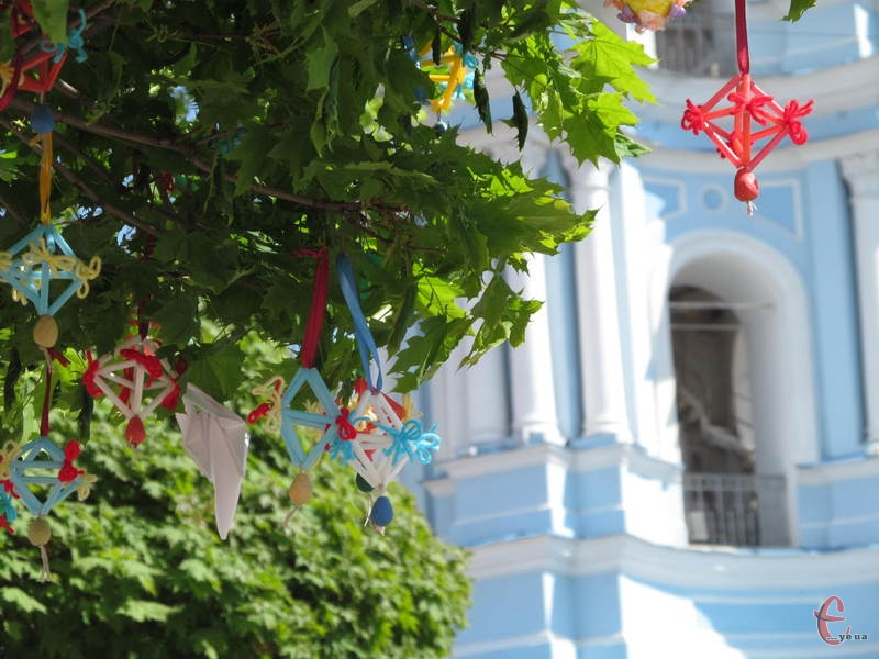 На дерева в українських містах вішають спеціальні великодні прикраси