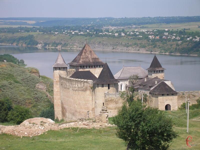 Хотинська фортеця розташована на березі Дністра