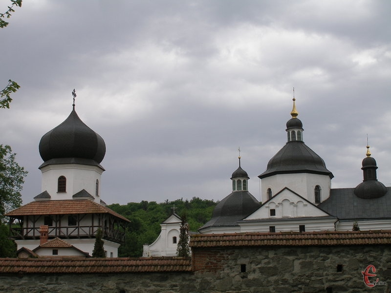 Монастирський комплекс оточують високі мури
