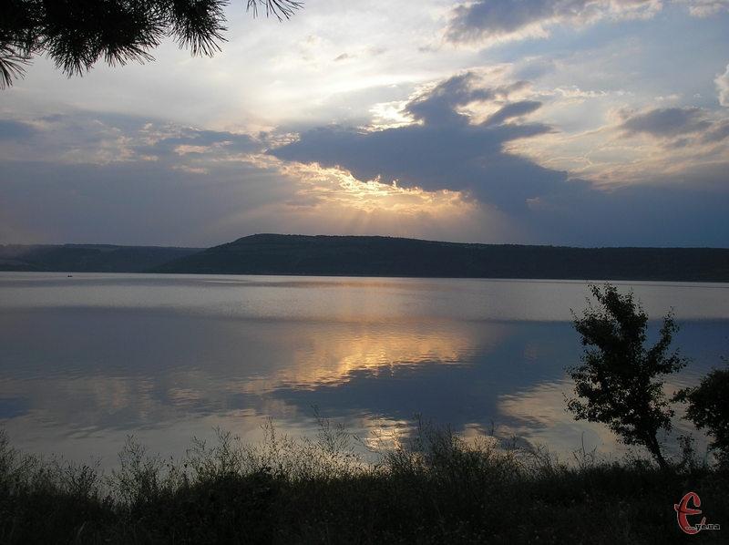 Захід сонця на Дністрі неподалік від Бакотського скельного монастиря
