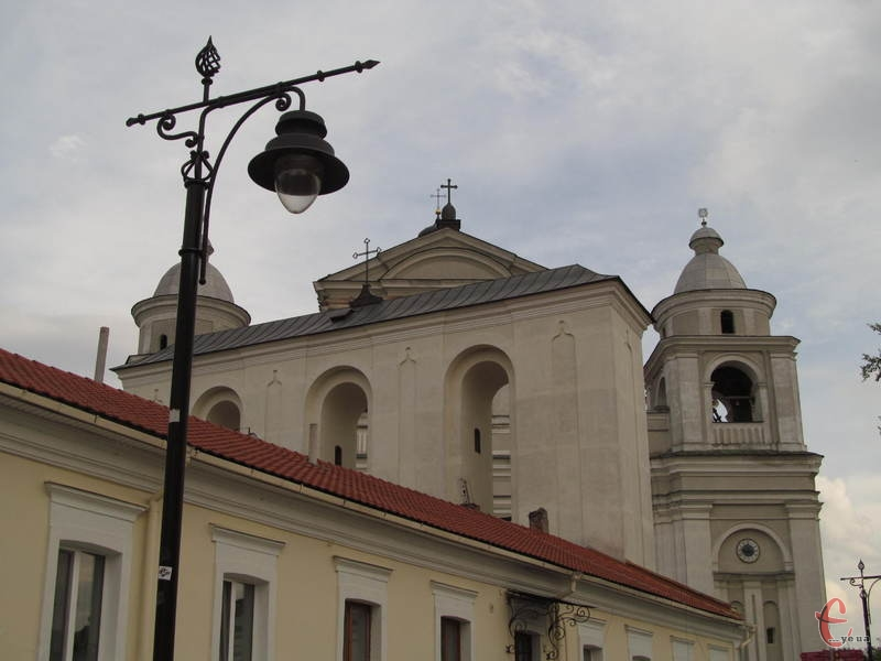 У місті збереглося багато храмів, найвідоміший серед них - єзуїтський костел Петра і Павла