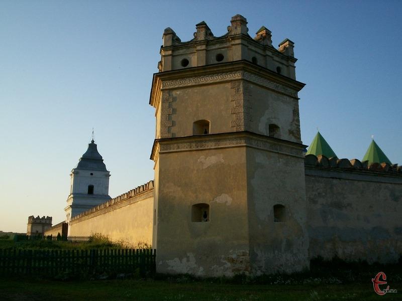 Монастир ховається за товстими руками і баштами з бійницями