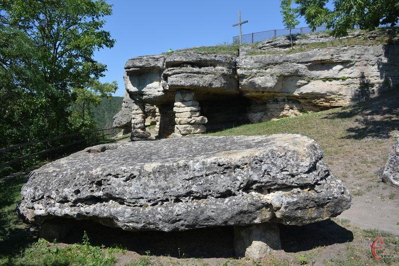 Жертовний камінь і скельний храм у Монастирку - місце містичне і загадкове