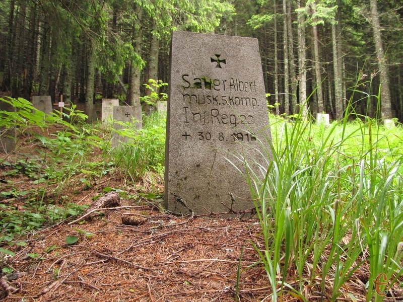 На надгробках можна прочитати імена загиблих солдатів
