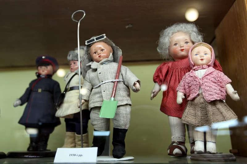 У музеї є ляльки - представники різних професій