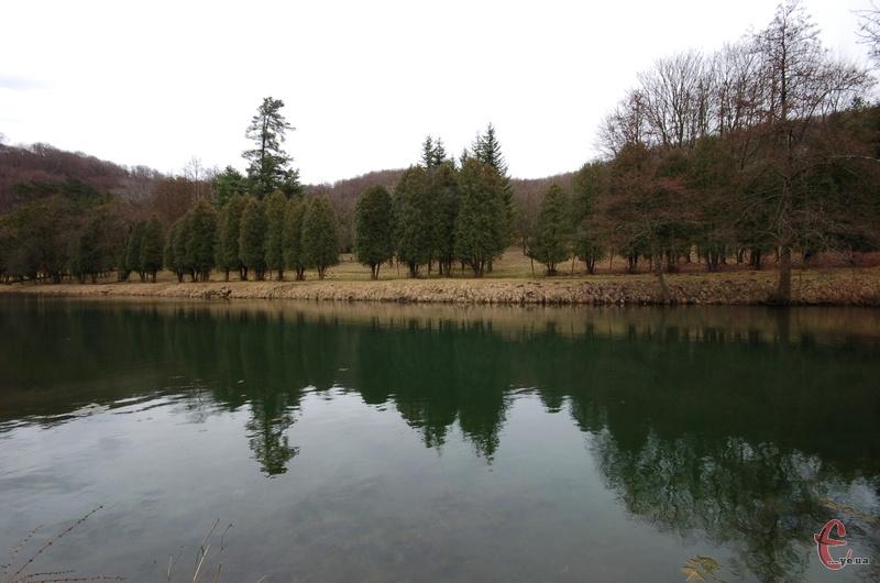 Палац оточує мальовничий парк