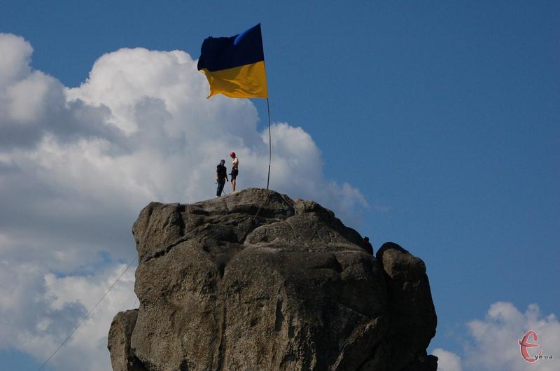 Посеред селища Підкамінь стоїть гігантський валун