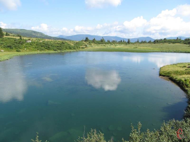 У високогірних озерах вода прозора і дуже холодна