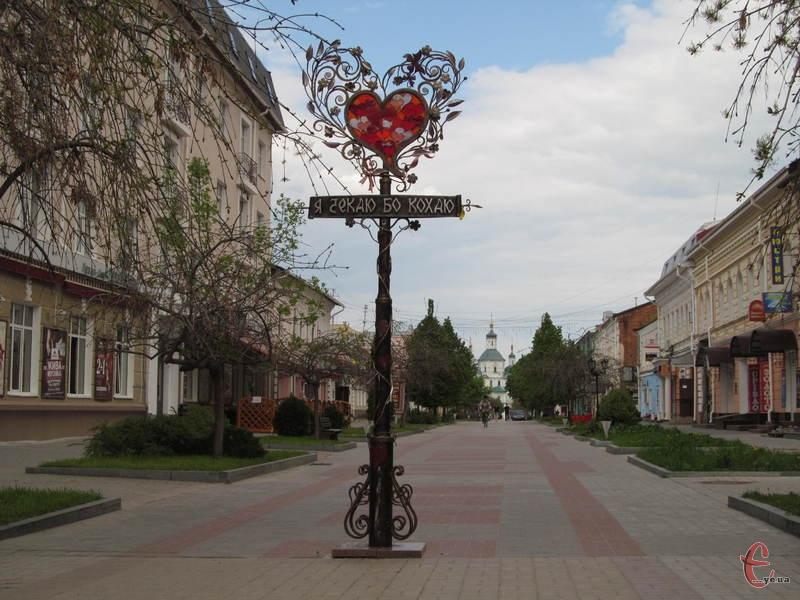 Ліхтар кохання, на задньому плані - Воскресенська церква